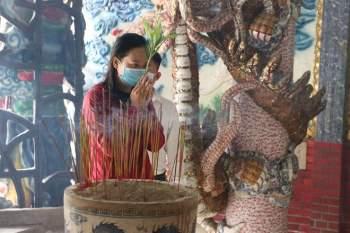Rằm tháng Giêng Tân Sửu 2021: Hàng dài người Sài Gòn cầu an ở ngôi miếu cổ trên sông - ảnh 8
