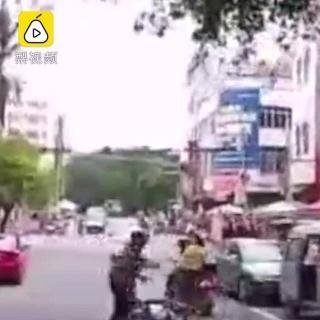 Bé 5 tuổi lao xe máy ra đường vì mẹ quên rút chìa - Ảnh 1.