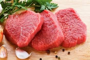Thịt vừa mổ, nóng hổi, tươi ngon sẽ thu hút kiến hơn. Càng nhiều kiến đốt, hương vị thịt lại thêm ngon. Sau khi treo thịt trên cây, người dân sẽ chọc tổ để kiến chui ra. Ảnh: Bestours.