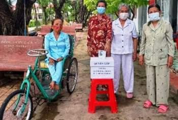 Các cụ già sống tại Trung tâm bảo trợ xã hội tỉnh Cà Mau dùng tiền tiết kiệm đóng góp cho Quỹ vắc xin Covid-19. Ảnh: CTV.