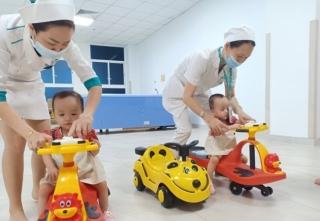 Cặp song sinh Trúc Nhi-Diệu Nhi tái khám, thích thú chơi đua xe cùng bác sĩ - Ảnh 4