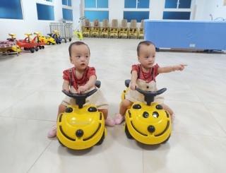 Cặp song sinh Trúc Nhi-Diệu Nhi tái khám, thích thú chơi đua xe cùng bác sĩ - Ảnh 5
