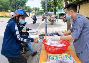 Người chạy xe ôm, giao hàng... đến nhận cơm là chủ yếu