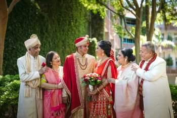 Mặc dù đạt được nhiều thành tựu cá nhân và vươn ra thế giới, người Ấn Độ vẫn có xu hướng ưa chuộng hôn nhân sắp đặt bởi gia đình hoặc dịch vụ mai mối. Ảnh: Phoenix Wedding Photography.