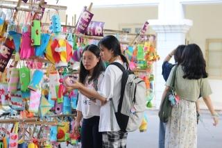 Hàng nghìn chiếc đèn lồng handmade di động rực rỡ đường phố Hà Nội - Ảnh 10.