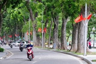Đường phố Thủ đô rực rỡ cờ hoa chào mừng kỷ niệm 1010 năm Thăng Long - Hà Nội - Ảnh 2.