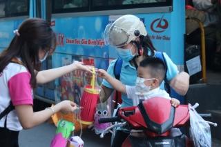 Hàng nghìn chiếc đèn lồng handmade di động rực rỡ đường phố Hà Nội - Ảnh 7.
