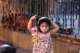 Hàng nghìn chiếc đèn lồng handmade di động rực rỡ đường phố Hà Nội - Ảnh 8.