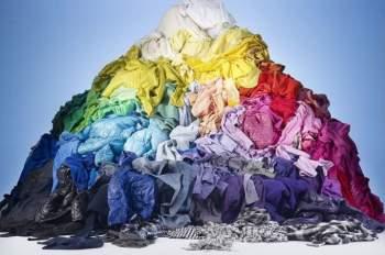 Xu hướng thời trang nhanh đang thịnh hành khiến mua sắm tăng nhanh, vòng đời quần áo rút ngắn và tỉ lệ vứt bỏ quần áo ngày càng cao.