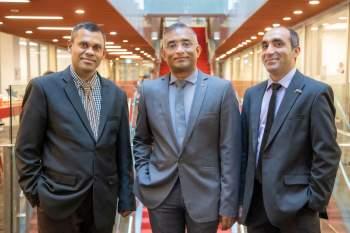 Các chuyên gia nghiên cứu từ Đại học RMIT đã phát triển thành công một công nghệ mới giúp giảm bớt tác động tiêu cực lên môi trường của thời trang hậu tiêu dùng. Từ trái sang phải: các thành viên nhóm nghiên cứu từ Đại học RMIT ở Việt Nam – Phó giáo sư Rajkishore Nayak, Tiến sĩ Majo George và thầy Irfan Ul Haq.