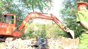 Lực lượng chức năng khai quật chất thải công nghiệp chôn lấp trái phép tại Công ty TNHH Shing Mark Vina (Khu công nghiệp Bàu Xéo, H.Trảng Bom). Ảnh: H.Bách