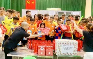Tết Trung thu, Báo GĐ&XH trao hơn 20 triệu đồng của nhà hảo tâm tới trẻ em khó khăn SOS Hà Tĩnh - Ảnh 4.