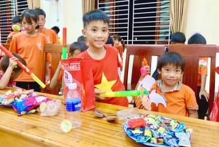 Tết Trung thu, Báo GĐ&XH trao hơn 20 triệu đồng của nhà hảo tâm tới trẻ em khó khăn SOS Hà Tĩnh - Ảnh 3.