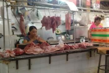 Thịt ê hề, tiểu thương rầu rĩ cập nhật thông tin dịch tả lợn châu Phi từng phút