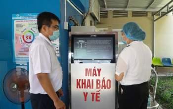 Cán bộ y tế bệnh viện hướng dẫn người vào khuôn viên BV khai báo y tế.