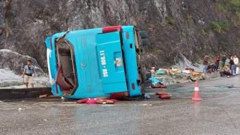 Xe khách giường nằm lật nghiêng, 2 người chết, 10 người bị thương - 1