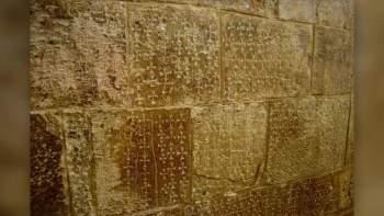 Những hình thánh giá trên tường tại Nhà thờ Mộ Chúa ở vùng đất thánh Jerusalem.