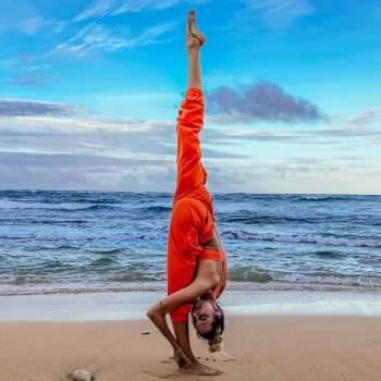 Cô nàng đặc biệt thích thực hành yoga khi hòa mình vào thiên nhiên. Người theo dõi bày tỏ sự thích thú khi nhìn ngắm những bức ảnh đẹp mắt của Turner khi cô tạo dáng trên bãi biển, trên vách đá hay ngay trên một cành cây.