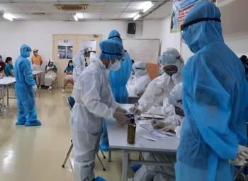 Lực lượng chức năng lấy mẫu xét nghiệm các trường hợp liên quan đến ca nhiễm Covid-19 (Ảnh: HCDC)