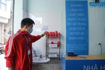 Cận cảnh suất ăn quán cơm giá 2.000 đồng ở Hà Nội: Chút thịt, rau san sẻ âu lo - Ảnh 8