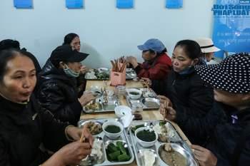 Cận cảnh suất ăn quán cơm giá 2.000 đồng ở Hà Nội: Chút thịt, rau san sẻ âu lo - Ảnh 12