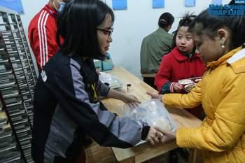 Cận cảnh suất ăn quán cơm giá 2.000 đồng ở Hà Nội: Chút thịt, rau san sẻ âu lo - Ảnh 13
