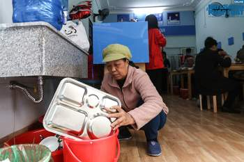Cận cảnh suất ăn quán cơm giá 2.000 đồng ở Hà Nội: Chút thịt, rau san sẻ âu lo - Ảnh 11