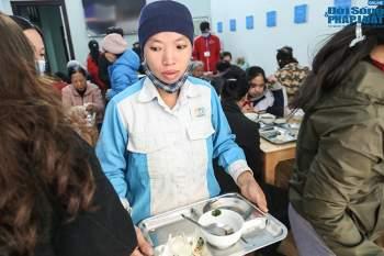 Cận cảnh suất ăn quán cơm giá 2.000 đồng ở Hà Nội: Chút thịt, rau san sẻ âu lo - Ảnh 7