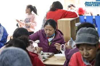 Cận cảnh suất ăn quán cơm giá 2.000 đồng ở Hà Nội: Chút thịt, rau san sẻ âu lo - Ảnh 2