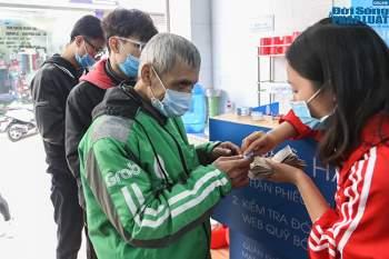 Cận cảnh suất ăn quán cơm giá 2.000 đồng ở Hà Nội: Chút thịt, rau san sẻ âu lo - Ảnh 5