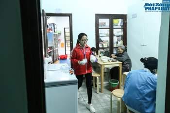 Cận cảnh suất ăn quán cơm giá 2.000 đồng ở Hà Nội: Chút thịt, rau san sẻ âu lo - Ảnh 9