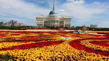 Kazakhstan từng thuộc Liên Xô cũ. Giống Liên bang Nga, lãnh thổ quốc gia này trải dài từ châu Âu sang châu Á.