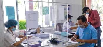 BV Đa khoa Trung ương Cần Thơ siết chặt hoạt động chuyển tuyến. Trong ảnh: Người nhà làm thủ tục nhập viện tại Khoa Cấp cứu. Ảnh: THU SƯƠNG