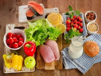 Bổ sung đầy đủ 4 nhóm thực phẩm xen kẽ cùng 1- 2 ly sữa mỗi ngày để đảm bảo đủ dinh dưỡng cho cơ thể người cao tuổi.