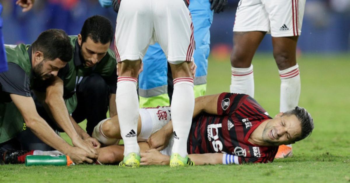 Tai nạn kinh hoàng: Cầu thủ tái mặt vì chấn thương gây vỡ tinh hoàn khi tranh bóng