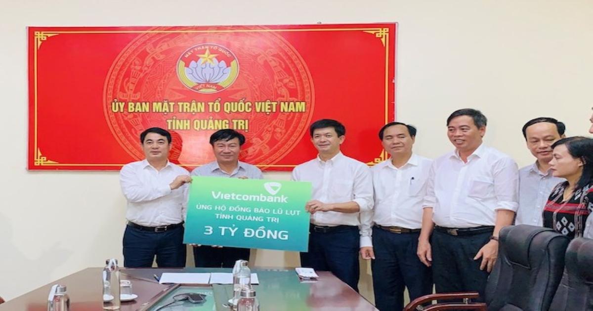 Vietcombank ủng hộ 11 tỷ đồng, chung tay cùng cán bộ, chiến sỹ và đồng bào miền Trung vượt khó khăn trước thiên tai, lũ lụt