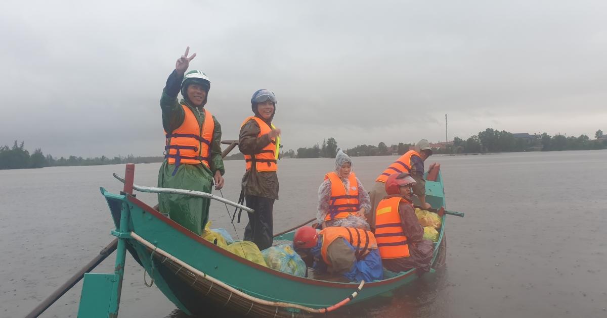 Những chuyến thuyền chở nặng tình dân vào rốn lũ Quảng Bình