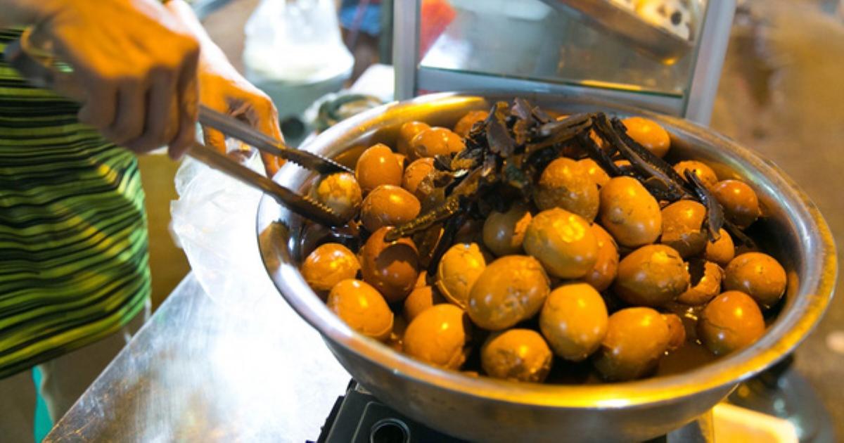 Phố lồng đèn Lương Nhữ Học năm nay ngập tràn món ăn lạ, nhưng không ngờ nhất là trà sữa Mông Cổ và bánh trứng gà Ấn Độ có giá bằng 1 tô Phở!