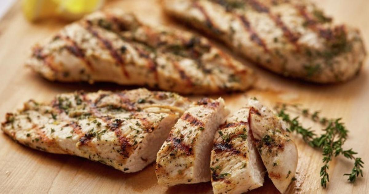 """WHO cảnh báo thịt gà bổ dưỡng nhưng có thể """"gây họa"""" chỉ vì thói quen đơn giản này: Hàng triệu trường hợp ngộ độc thực phẩm và hàng nghìn ca tử vong chỉ riêng tại Hoa Kỳ"""