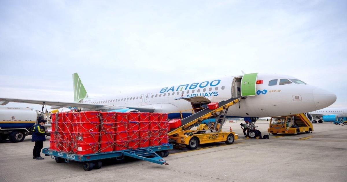 Bamboo Airways vận chuyển hàng cứu trợ đến miền Trung