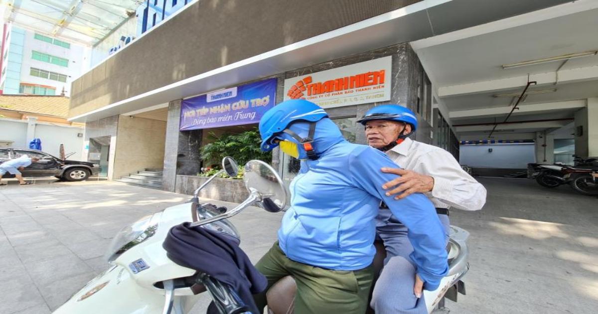 Cụ ông U.90 ở TP.HCM góp 1 tháng lương hưu giúp đồng bào miền Trung