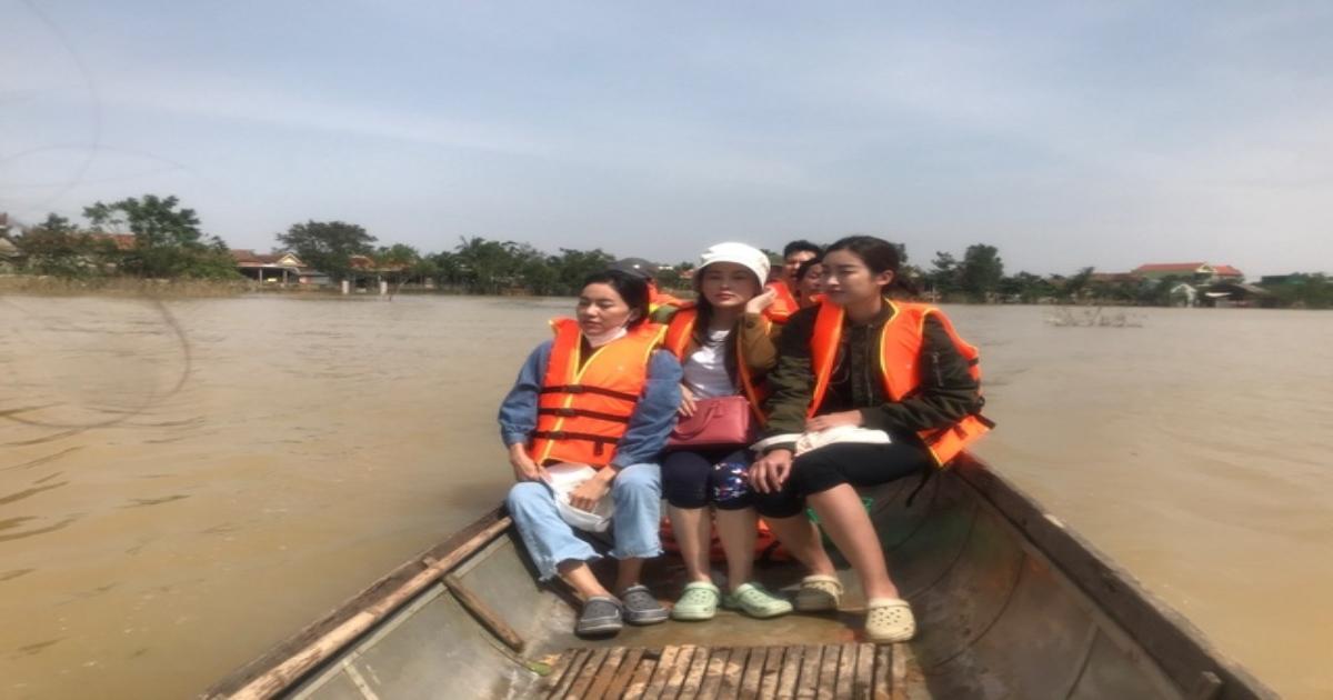 Đỗ Mỹ Linh đi xuồng vào vùng nước lũ trao quà tận tay người dân