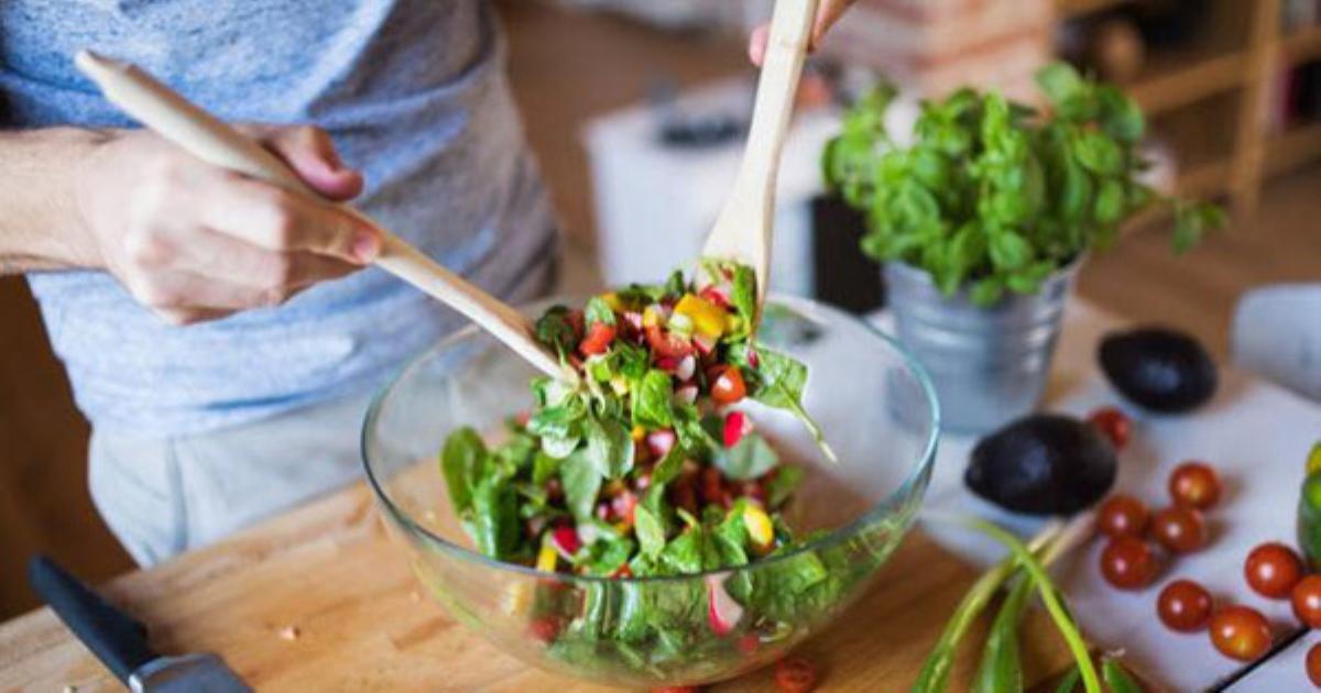 Thêm món salad này vào thực đơn bữa tối, chị em sẽ thấy công dụng tuyệt vời khi màn đêm buông xuống