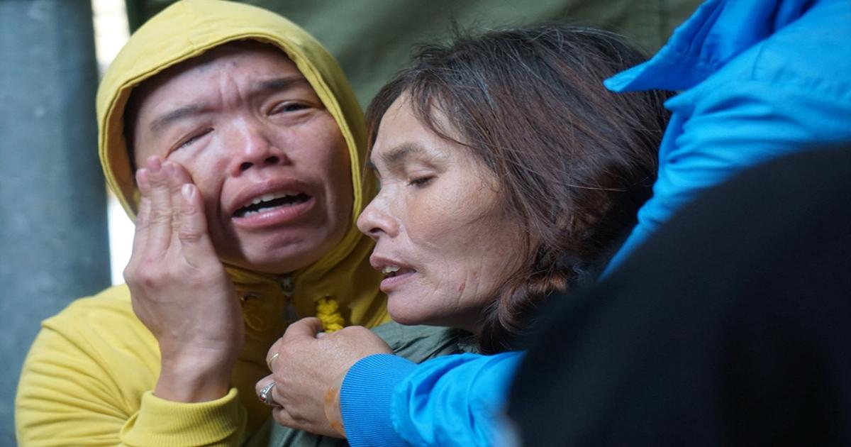 Xé lòng cảnh mẹ khóc con gặp nạn do sạt lở đất ở Quảng Trị