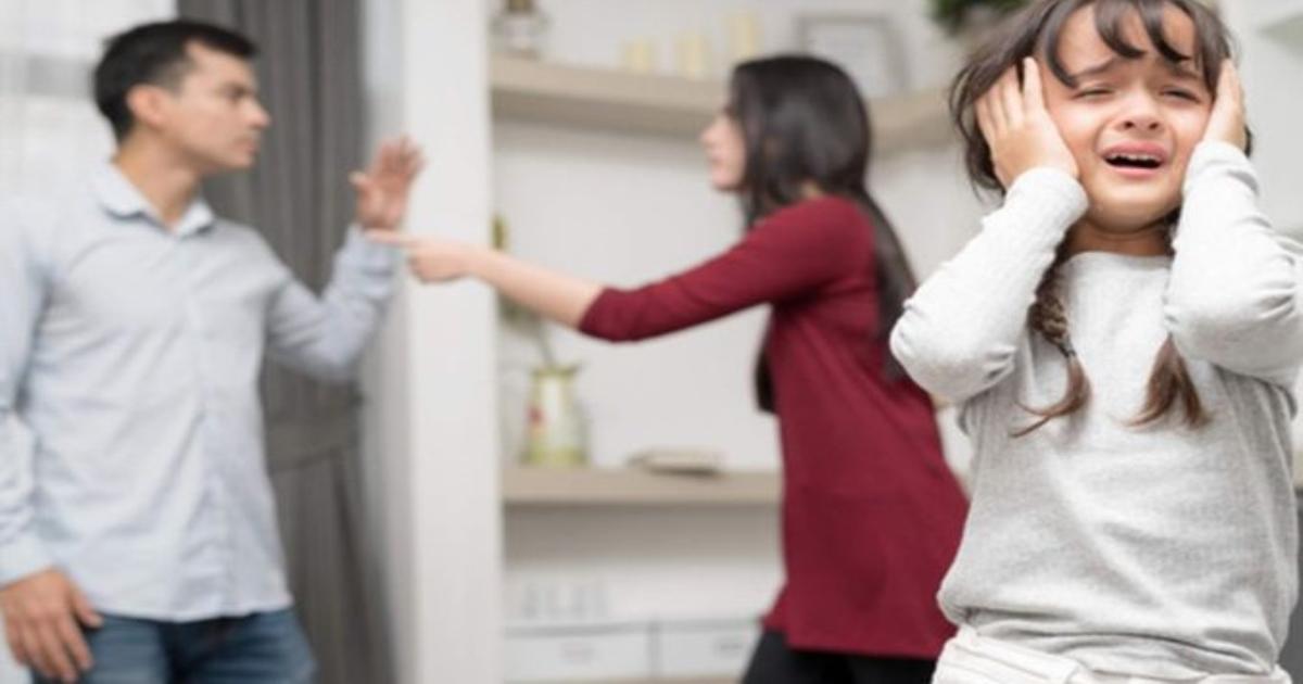 Những thói quen xấu phổ biến của cha mẹ khiến trẻ con học theo rất nhanh