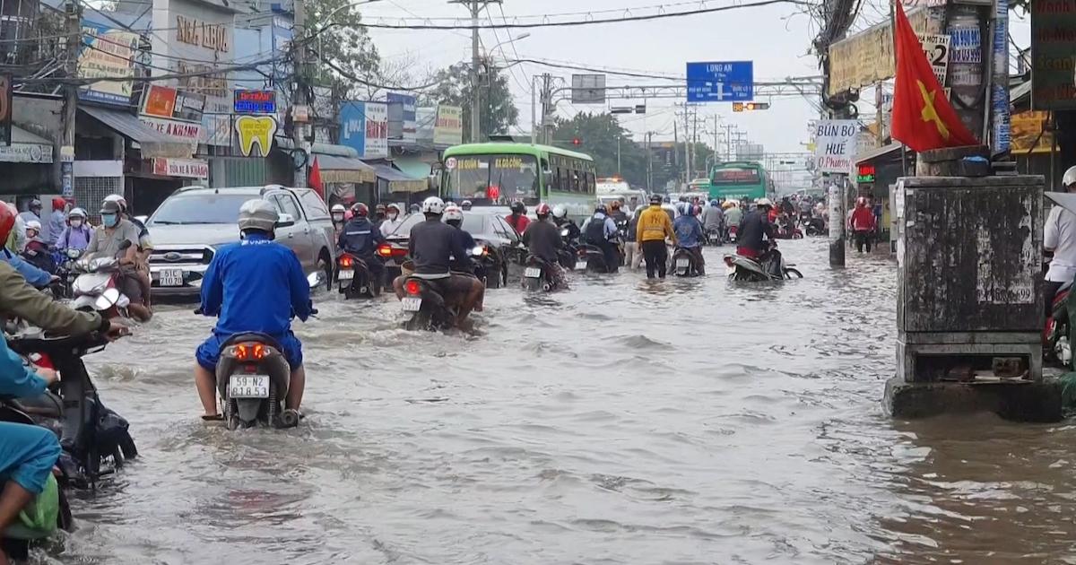 """TPHCM: Triều cường dâng cao, người và phương tiện """"lội"""" nước"""