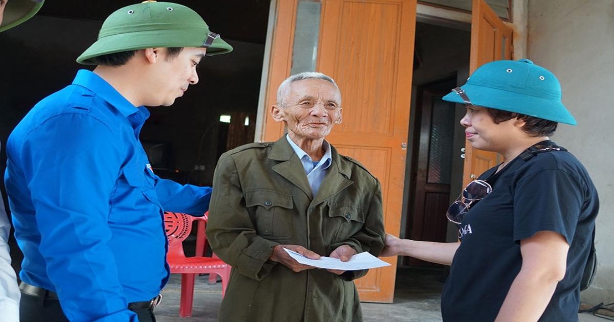 Báo Thanh Niên trao quà hỗ trợ cho người dân vùng lũ Hà Tĩnh