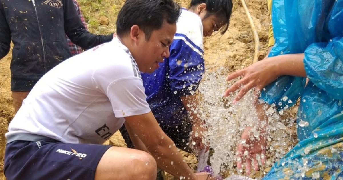 Học trò sơ tán, lội 40km bùn đất đi học gửi
