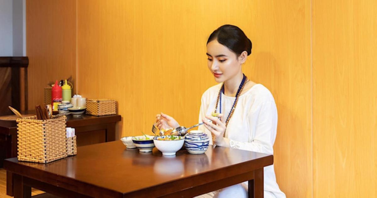 Em gái Angela Phương Trinh gây ngỡ ngàng với khoảnh khắc khoe thần thái đẹp xuất sắc tại quán chay của gia đình