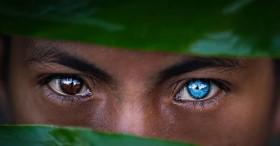 Sự thật đằng sau những đôi mắt xanh tuyệt đẹp phát sáng trong đêm tối của người dân bộ tộc mắt biếc kỳ lạ